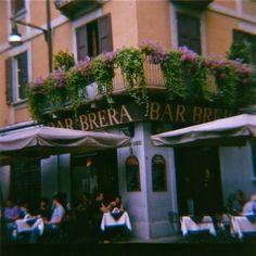 Prendiamo un cappuccino? Un bar vicino La Brera, Milano.