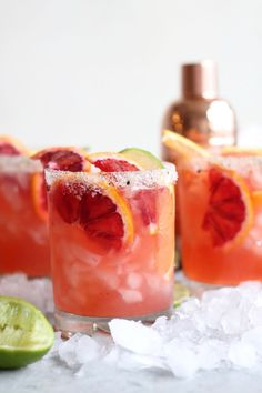 These winter citrus margaritas are made with a mixture of juice from blood oranges, tangelos, and grapefruit! The citrus flavor pairs perfectly with the salty vanilla bean sugar rim, and these can be made pitcher-style for a crowd too! Vodka Drinks, Cocktail Drinks, Yummy Drinks, Cocktail Recipes, Beverages, Milk Shakes, Winter Cocktails, Easy Cocktails, Tom Collins