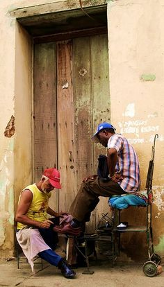Time out for a shine in Cuba. (V)