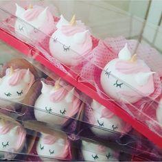 Suspiros de Unicórnio! Por @suspirodaka #encontrandoideias #blogencontrandoideias #suspiros #festaunicornio Macarons, Mini Meringues, Meringue Pavlova, Kawaii Cooking, Kawaii Dessert, Sweet Box, Meringue Cookies, Cute Desserts, Cookie Designs