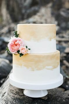 9 Times Gold Wedding Cakes Stole the Show