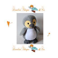 Peluche pingouin KINDER gris jaune peluche publicitaire 18 cm