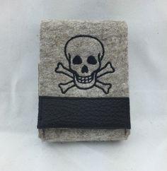 Tabakbeutel - Zigarettenetui aus Wollfilz mit Totenkopf - ein Designerstück von Hermers-Design bei DaWanda