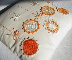 ...napadlo mi, keď som dokončovala tento vankúšik: kvietky už čakali tak dlho na svoju slávu, že naozaj začali hrdzavieť... počúvaním nového CD Katky Koščovej sa totiž objavuje mnoho asociácií...aj... Crochet Cushion Cover, Crochet Cushions, Sewing Pillows, Diy Pillows, Floral Embroidery Patterns, Hand Embroidery Designs, Crochet Patterns, Crochet Doilies, Crochet Flowers