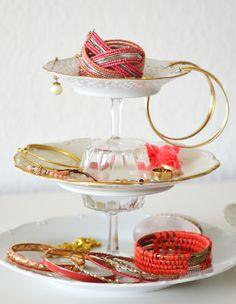 Etagère aus Tellern und Gläsern