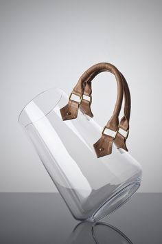 Jarra de cristal con asas de cuero  -  glass pitcher with leather handles
