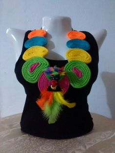 Collar carnavalero Recycled Jewelry, Diy Clothes, Embroidery Designs, Pattern Design, Jewelery, Carnival, Crochet Necklace, Recycling, Knitting