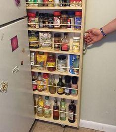 Le placard à condiments, dans l'espace entre le frigidaire et le mur.