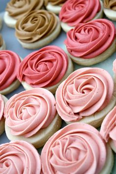 Easy sugar cookie recipe with buttercream frosting rosettes. Vanilla Almond Sugar Cookies with Buttercream Frosting. Perfect easy dessert for any party. Pin now and save for later! Almond Sugar Cookies, Iced Cookies, Sugar Cookies Recipe, Cupcake Cookies, Cookies Et Biscuits, Cookie Recipes, Dessert Recipes, Rose Cookies, Cookie Frosting