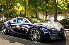 This unique Bugatti Veyron, made of porcelain and worth US$ 2.5 million, was parked in a street of Paris.