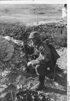 SS Soldier, He's not SS. He's a Wehrmacht soldier. You can see the Wehrmacht collars. Also SS didn't use Splittertarn camofage. Ww2 History, World History, Military History, World War Ii, German Soldiers Ww2, German Army, Luftwaffe, Germany Ww2, Ww2 Photos