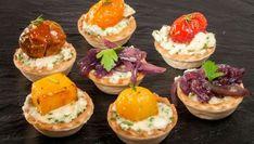 El vert printemps es una mezcla de varios quesos con ajo y cebollino que en esta ocasión utilizamos para rellenar tartaletas. Las acompañaremos con 3 guarniciones: tomate asado, melocotón salteado y mermelada de cebolla.