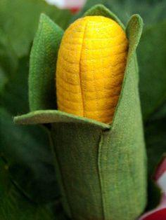 Maiskolben in Blättern