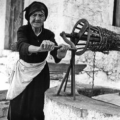 Mani Vintage Pictures, Old Pictures, Old Photos, Greek History, Women In History, Crete Greece, Athens Greece, Greece Pictures, Greece Photography