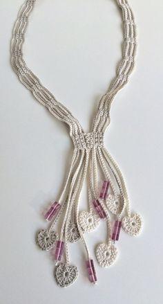 Este collar de crochet largo hermoso cuidadosamente hecho en hilo de algodón con motivos de corazón crochet como decoración. Abalorios de cristal simple como motivos ornamentales.  Todas mis creaciones son uno de una clase.