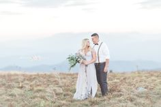 Romantic Engagement Photo by Leslie Lockhart Photography | The Pink Bride®️️ www.thepinkbride.com