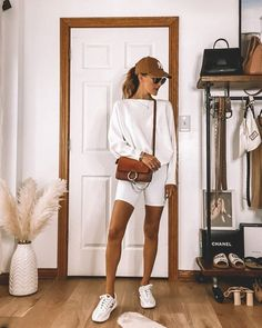 All white comfy fall outfit? YES PLEASE. These cute fall outfits are perfect for on the go woman! Fashion Week, Look Fashion, Korean Fashion, 80s Fashion, Sporty Fashion, Sporty Chic, Fashion Quiz, Hippie Fashion, Petite Fashion