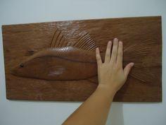 Quadro de um Robalo Peva talhado em madeira de qualidade e resistente, com tratamento anti-cupins e encerada para dar brilho a madeira, NÃO é pintada. Pode ficar em ambiente internos ou externos. Muito bem detalhada e realista. Peça feita 100% a mão. Tamanho: 44 cm de comprimento / 22 cm de altura / 2 cm de profundidade. Preço: 120,00 reais Quantidade: Feito Sob Encomenda Frete não incluso Trabalhamos com vários tipos de madeiras. Aceitamos encomendas em outros tamanhos.