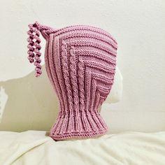 Lys gammelrosa pixielue. Ca str 2 år. Pixieluen er strikket på en slik måte at den er svært tøyelig, den ... Easy Crochet, Knit Crochet, Crochet Hats, Scarf Hat, Beanie, Pixie, Mittens Pattern, Balaclava, Garter Stitch