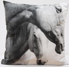 Dekoracyjne poszewki w odcieniach szarości z koniami
