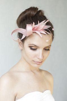 Elegantes fascinator in Rose Farbton ist geschmückt mit Federn. Perfekt Accessoire für lady-like Look fur Hochzeiten, Parties oder andere Spezielle Anlasse. An einer Krokodilklemme (4,5...