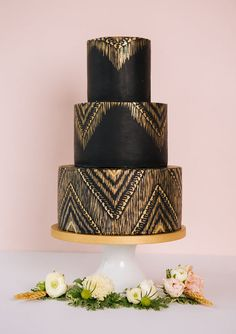 While watercolor washes on cakes are also really popular, luxury wedding cakes are those with painted patterns make such a pretty statement.On this glam boho cake, the gold glints off the solid black background.