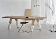 """A mesa GO, do estúdio alemão Vitamin Design (www.vitamin-design.de), foi apresentada na edição 2011 do Salão de Milão. Em madeira e com """"carinha"""" comum, o móvel que pode ser produzido em diferentes tamanhos ganhou polainas nas perninhas que parecem executar passos. Fofa, né?"""