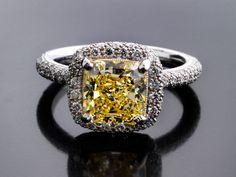 Ringweite: 53. Gewicht: ca. 7,2 g. Platin 900. Hochwertiger Ring mit einem Diamantsolitär im quadratischen Kissenschliff, 2,76 ct , vvs, Fancy Yellow, und...