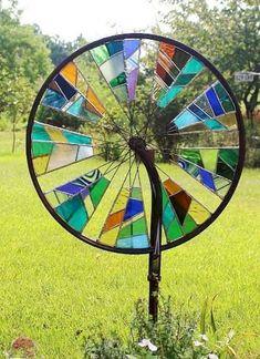 Bicycle Wheel Mosaic: A genius, an old bicycle wheel w .- Fahrrad-Rad-Mosaik: Eine Genialität, ein altes Fahrrad-Rad wiederzuverwenden Bike Wheel Mosaic: A Genius to Reuse an Old Bike Wheel – House Decorations - Stained Glass Projects, Stained Glass Patterns, Stained Glass Art, Mosaic Glass, Fused Glass, Blown Glass, Clear Glass, Diy Gardening, Flea Market Gardening