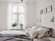 skandinavisch eingerichtetes Schlafzimmer - weiß lasierte Wandverkleidung