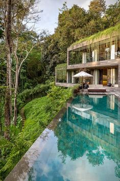 The jungles of Bali in Indonesia are rich with greenery and wildlife, and if you´re lucky enough, you may even find yourself at one of the islands most luxurious estates, nestled right into that jungle. Villa Chameleon is a contemporary lux