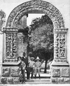 El arco lateral del templo de San Juan Bautista, en Coyoacán, a inicios del siglo pasado. Este conjunto fue erigido en 1582 y se reconstruyó en 1804; la estructura de esta fotografía aún existe, aunque fue girada noventa grados para alinearla con la fachada principal.  Imagen: INAH