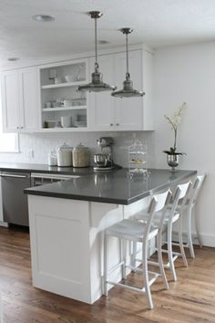 Kids School Lunch Ideas 491455378082149143 - amenagement petite cuisine blanche et gris sol en parquet Source by Kitchen Cabinets And Backsplash, Farmhouse Kitchen Cabinets, Backsplash Design, Rustic Cabinets, Shaker Cabinets, Backsplash Ideas, Modern Kitchen White Cabinets, Small Kitchen Cabinet Design, Modern Shaker Kitchen