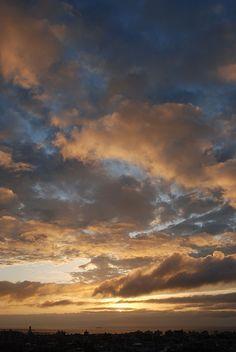 流れる雲が、時の流れも教えてくれます。  良い思い出も、悪い事も、仕事の締め切りも、過去へと流されていく様な、雲の流れ。