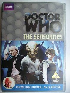 """""""The Sensorites"""" è un'avventura della prima stagione della serie classica di """"Doctor Who"""" trasmessa tra il giugno e l'agosto 1964 con il Primo Dottore, Ian, Barbara e Susan. Segue """"The Aztecs"""" ed è un'avventura composta da sei parti scritta da Peter R. Newman e diretta da Mervyn Pinfield  (parti 1 - 4) e Frank Cox (parti 5, 6). Immagine dell'edizione britannica del DVD."""