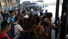 Niños y adultos mayores no pagarán pasaje en Honduras  Así lo establece el dictamen de la Ley de Transporte que esta semana será aprobada en el Congreso Nacional. Varias personas se alistan para abordar una unidad en la terminal de San Pedro Sula. Foto de archivo.