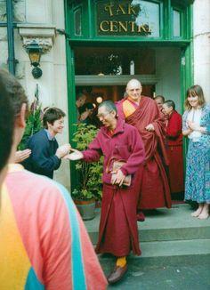 En el centro Tara. El segundo centro NKT fundado por Guen-la Khyenrab. En la entrada se puede ver a una jove Bridget Hays, la actual directora espiritual del NKT Mahayana Buddhism, Valley Of The Kings, Tibet, Meditation, Statue, Pure Products, Couple Photos, Cl, School