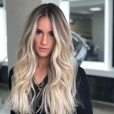 A imagem pode conter: 1 pessoa, close-up - All About Hair Balayage Ombré, Balayage Hair Blonde, Blonde Hair Extensions, Blonde Hair Looks, Brown Blonde Hair, Icy Blonde, Ombré Hair, Hair Highlights, Gorgeous Hair