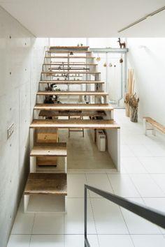 No Japão, a House in House (Casa dentro da Casa), construída sob a escada da casa, é um ótimo exemplo de otimização de espaço.  A estrutura dá corpo ao ateliê do artista digital Plaplax.