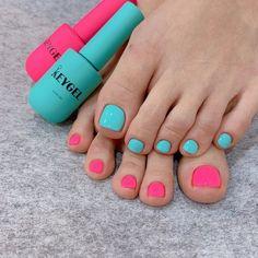Two-tone toes ! Pink Toe Nails, Pink Toes, Feet Nails, Pedicure Colors, Nail Colors, Foot Love, Toe Nail Designs, Toe Nail Art, Summer Nails