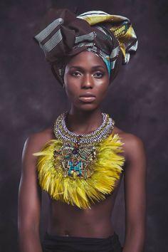 www.cewax.fr aime ce collier plastron style ethnique tendance tribale tissu africain wax ankara Anita quansah plume jaune