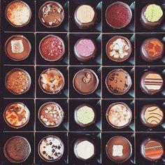 Taka czekoladkowa sytuacja.  Od ktorej zaczac? Na ktorej skonczyc? Co robic? Jak zyc? #trudnesprawy #problemytrzeciegoswiata  #czekoladki #czekolove #love #czekolada #karmellochocolatier #wyborAni