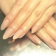 Almond shaped nails are this season's hottest manicure trend. Find out more about them and get inspired with our gorgeous suggestions! Almond Shape Nails, Almond Nails, Nailart, Gel Nails At Home, Autumn Nails, Nude Nails, Nail Trends, Trendy Nails, Nudes