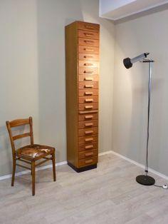 Frisch aus der Werkstatt: Schlanker hoher Apothekerschrank mit 19 Schubladen.... #Apothekerschrank #Schubladenschrank #Fächerschrank #IndustrieStyle #IndustrieDesign #RetrosalonKöln #Retrosalon #Vintagemöbel #vintagefurniture #vintage #Upcycling #interiordesign #interior #Inneneinrichtung #Einrichtung #Inneneinrichter #Köln