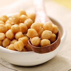Blast Away Belly Fat with Beans. Oz recommends eating one cup of beans with every meal to help increase your daily soluble fiber intake, which may help promote healthy intestinal bacteria and lower belly-fat causing inflammation levels. Slim Down Drink, Zinc Rich Foods, Chickpea Snacks, Detox Soup, Yummy Appetizers, Healthy Weight, Food Videos, Food To Make, Chickpeas