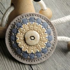 Button brooch is creative inspiration for us. Get more photo about home decor related with by looking at photos gallery at the bottom of this page. Penny Rug Patterns, Wool Applique Patterns, Felt Applique, Felted Wool Crafts, Felt Crafts, Fabric Crafts, Textile Jewelry, Fabric Jewelry, Wool Embroidery