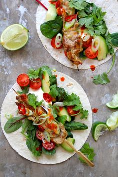 Delicious chicken skewers marinated in tex-mex spices and served in tortillas with salad, avocado, spring onions, etc. (in Norwegian) Tex Mex Chicken, One Pot Wonders, Chicken Skewers, Yum Yum Chicken, Kabobs, Quesadilla, Food Presentation, Wok, Caprese Salad