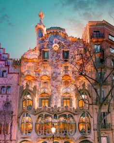 There are no places like this and there are no geniuses like Antoni Gaudí Barcelona, Spain. Have you ever been in Barcelona? Beautiful Buildings, Beautiful Places, Gothic Cathedral, Antoni Gaudi, Wonderful Picture, Travel Abroad, Best Cities, Land Scape, Street Photography