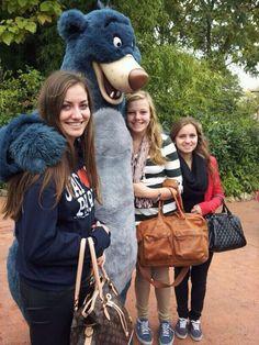 I love Disney!! Afgelopen jaar waren we met school naar Parijs geweest. Zo heb ik veel van Parijs gezien en ik ben naar Disneyland geweest! Voor even voelde ik me weer een kind. Hier sta ik samen met mijn vriendinnen en Balou op de foto. (Van links naar rechts: Bobbi - Balou - Kim - Romy)