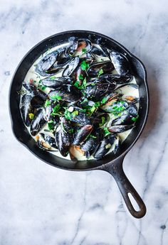 Delicious French Mussels in a garlic white wine cream sauce | easy appetizers | laceandgraceblog.com